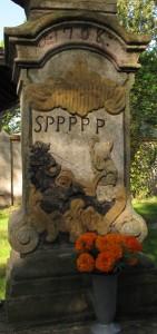 Chotouň_(Chrášťany),_detail_dříku_sochy_svatého_Prokopa,_svatý_Prokop_oře_s_čertem